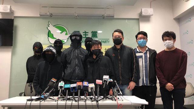 多位香港民主派议员召开记者会控诉港警滥权。(记者文海欣摄)