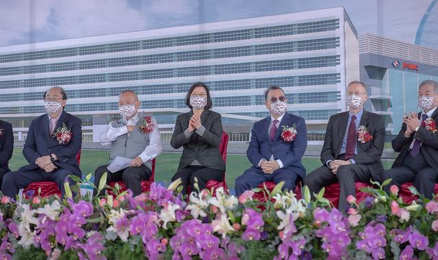 台湾总统蔡英文、美国在台协会台北办事处长郦英杰出席台湾力晶积成电子铜锣厂动工典礼。(台湾总统府提供)