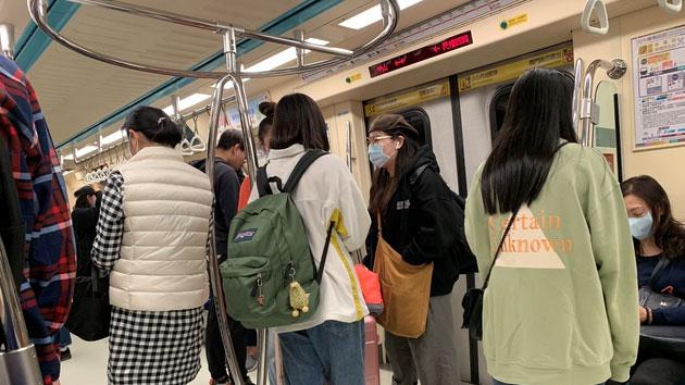 臺北捷運乘客幾乎都配戴口罩。(記者 黃春梅攝)