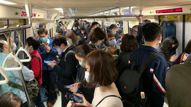 捷運尖峯時間乘客人擠人。(讀者提供)