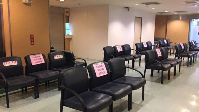 高雄阮綜合醫院候診座位配合保持一公尺距離。(高雄阮綜合醫院提供)
