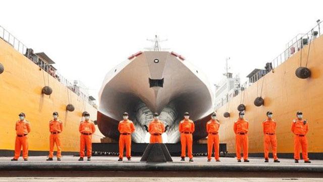 """首艘600吨级""""安平舰""""下水。(海委会提供)"""