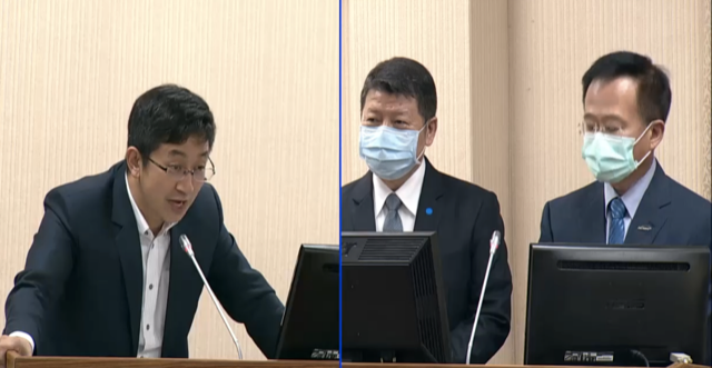 民进党立委蔡适应(左)针对军购鱼叉飞弹质询台湾台湾国防部副部长张哲平(中)。(截图自立法院直播)