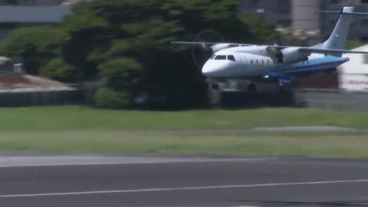 美軍一架C-146A行政專機,15日上午9點30分抵達臺北松山機場,短短36分鐘即快閃離開。(臉書圖片)