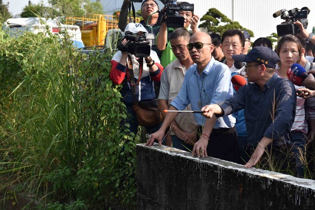 高雄市长韩国瑜面临上任第一个台风考验,视察清淤工程。(高雄市政府提供)