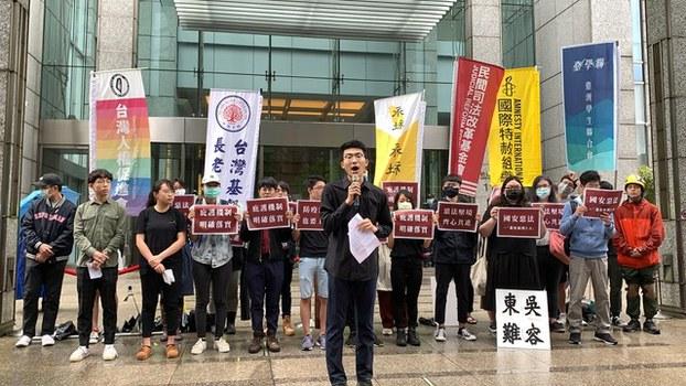 台湾学生团体今年5月在香港经贸办事处前,表达对北京人大通过港版国安法的谴责,和呼吁台湾政府明确落实庇护机制。(记者夏小华摄,资料照)