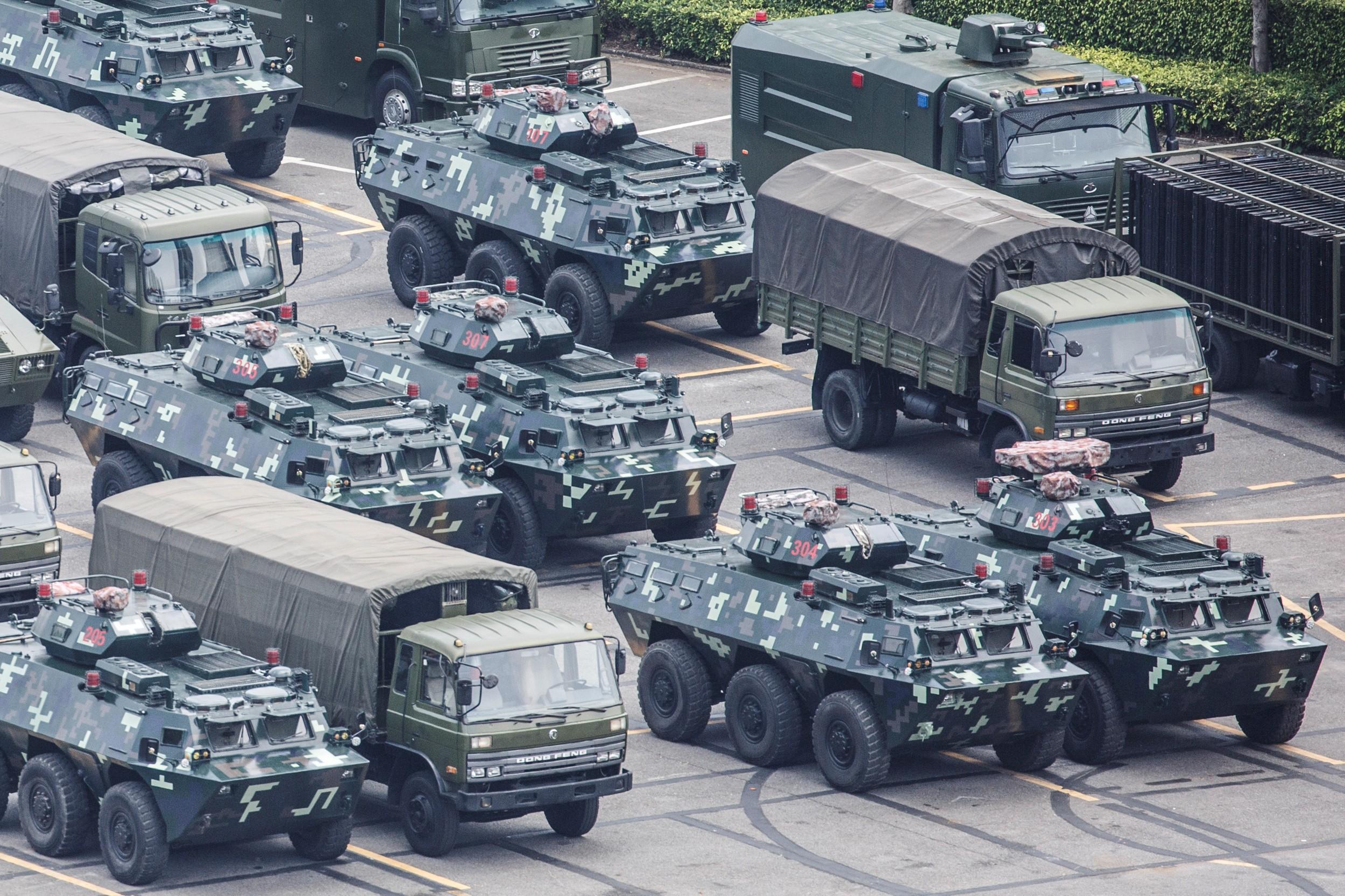 2019年8月15日,深圳湾体育中心停着大量军车和装甲车。(路透社)