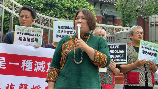 台湾基督长老教会女原住民总会议长阿布丝‧打给丝非来南提醒,人要知道我是谁。(记者 黄春梅摄)