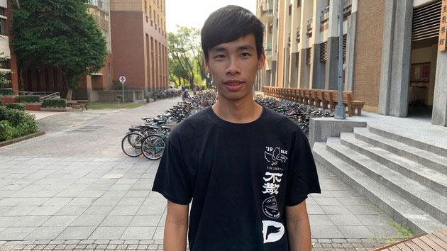 台湾大学学生会会长�蚓�清7日说明,陆客毁损连侬墙经过。(记者 黄春梅摄)