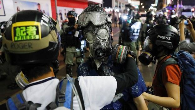 资料图片:香港警方在去年的理工大学冲突中暴力对待医护人员后,现在逐渐将矛头指向记者。(路透社)