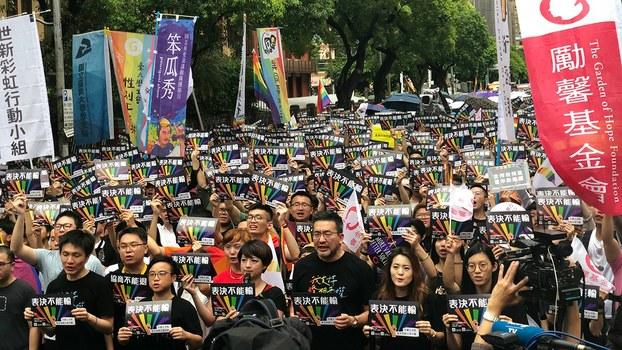 台湾立法院通过《同性婚姻专法》。图为聚集在立法院外等候消息的民众。(记者夏小华摄影)