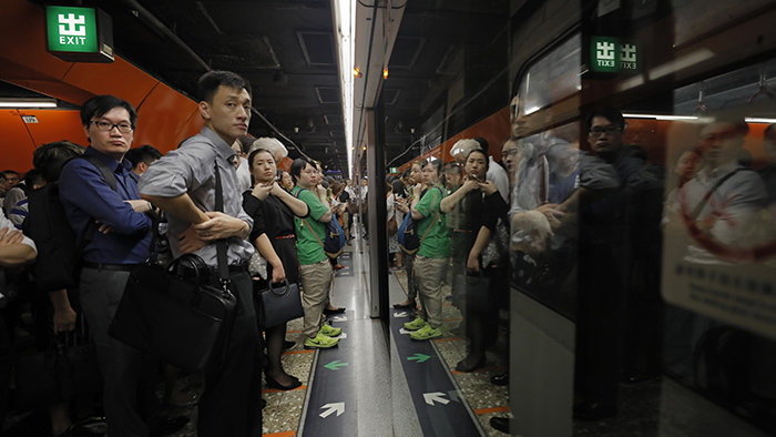 2019年7月30日,香港民众堵塞地铁,相关线路的列车也受到影响。(美联社)