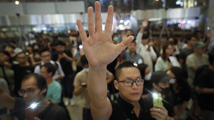 """2019年9月25日,香港民众聚集在一家商场内表达他们的""""五大诉求"""",其中包括实行普选。(美联社)"""