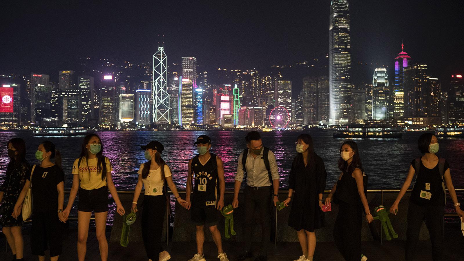 2019年9月30日,一些香港抗议者组成人墙。(美联社)