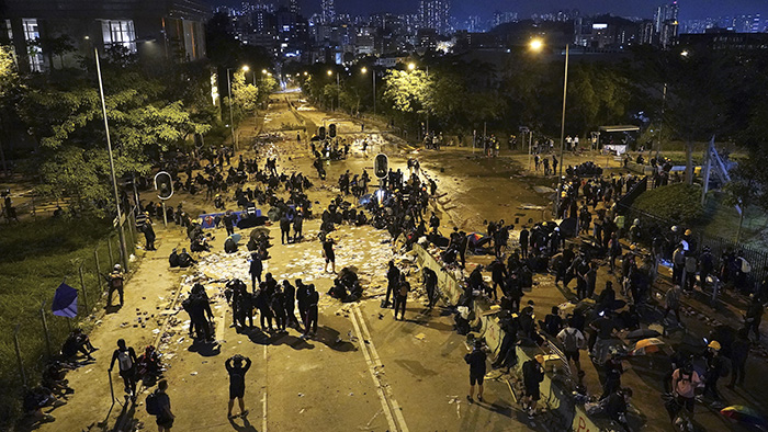 2019年11月12日,香港城市大学的学生在校园内试图以路障阻止警察。(美联社)