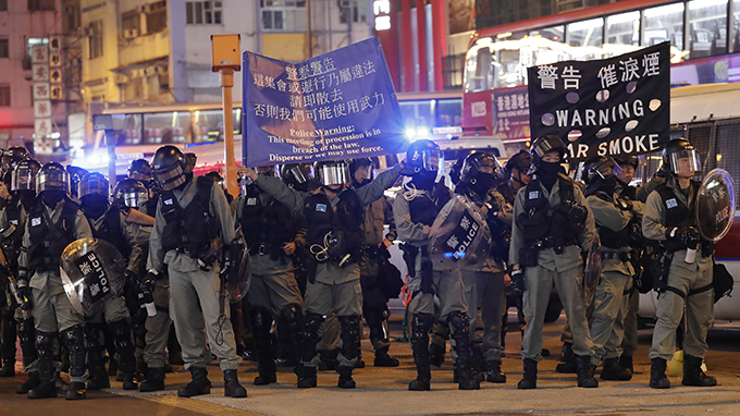2019年12月25日,香港警察向抗议者发出警告。(美联社)