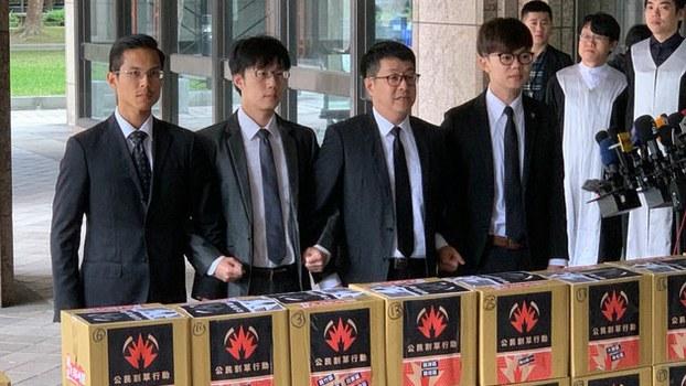 """去年12月26日,""""罢韩四君子""""向中央选举委员会递交《罢免高雄市市长韩国瑜》的提议和理由书。(资料照、记者黄春梅摄)"""
