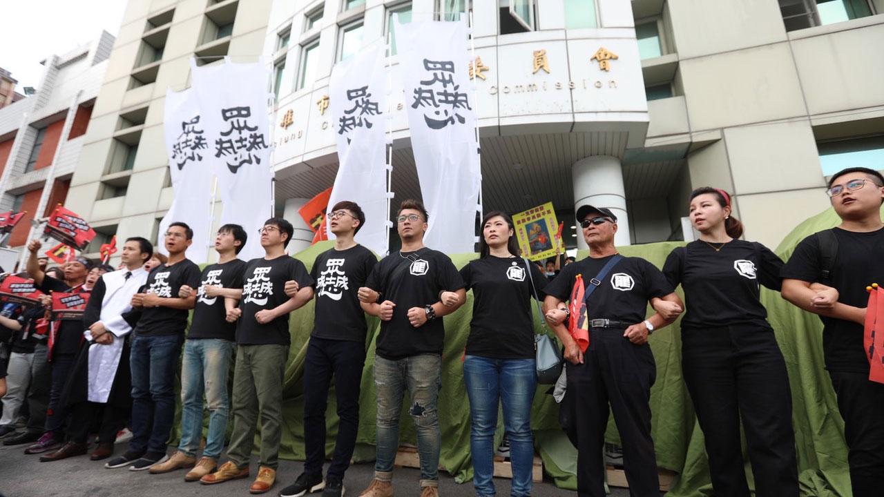 罢韩四君子3月9日载运40万份罢免高雄市长韩国瑜的连署书,送进高雄市选举委员会。(Wecare高雄提供)