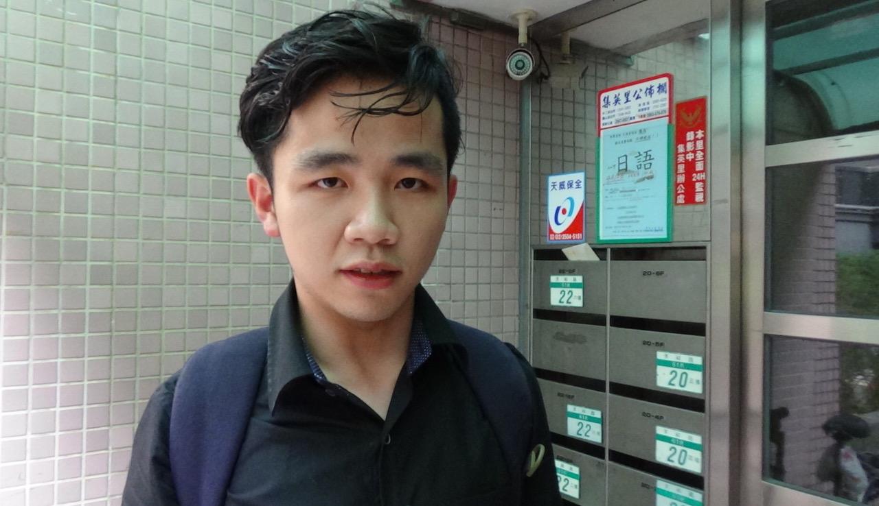 """图片:大陆学生李家宝在台湾直播""""我反对""""习近平的言论后,接受自由亚洲电台采访表示受到极大压力。(记者夏小华摄)"""