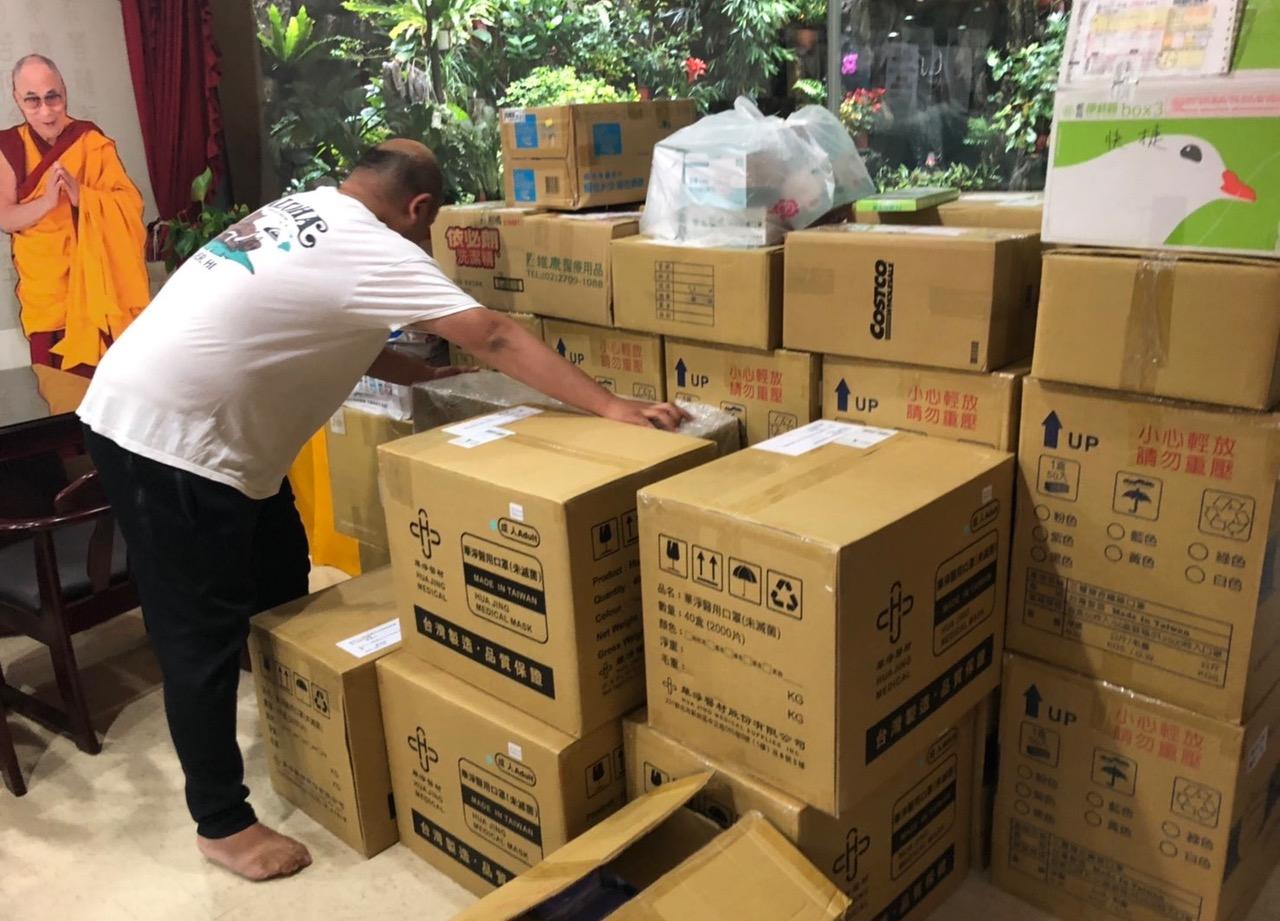 台北市甘丹东顶显密佛学研修协会上周寄出第一批援助印度医疗物资。(台北市甘丹东顶显密佛学研修协会提供)
