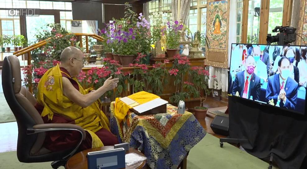 西藏精神领袖达赖喇嘛与台北视讯弘法祈福。(达赖喇嘛官网)