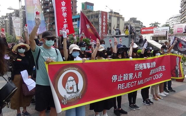 """近千名在台缅甸人5月2日在台北街头,响应15国31城市""""全球缅甸春季革命游行"""",呼吁国际定性缅甸军政府为恐怖组织,拒绝往来加以制裁。(记者夏小华摄)"""