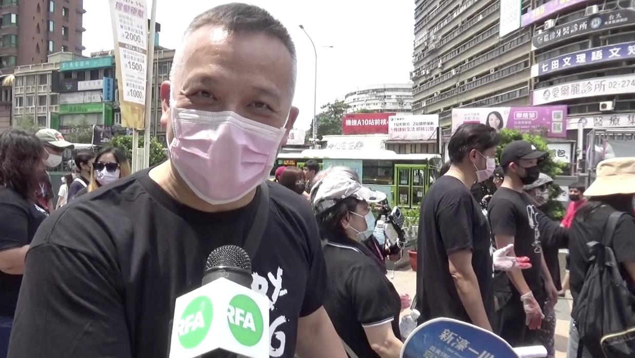 台湾人张先生声援缅甸游行。(记者夏小华摄)