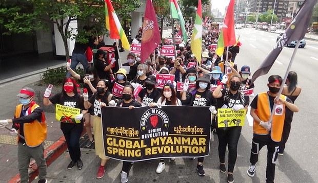"""近千名在台缅甸人5月2日在台北街头,响应15国31城市""""全球缅甸春季革命游行"""",呼吁国际定性缅甸军政府为恐怖组织,拒绝往来加以制裁。(photo:RFA)"""