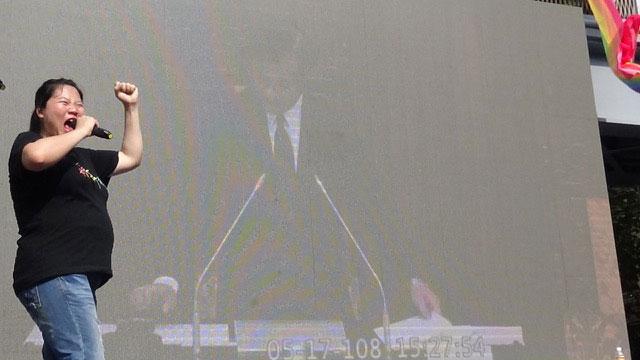 立法院长苏嘉全在国会殿堂宣布三读通过敲槌后,场外振奋。(记者夏小华摄)