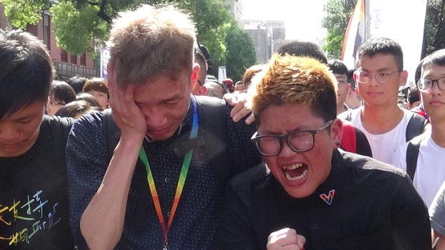 听到《同性婚姻专法》未处理跨国婚姻,有人当场落泪。(记者夏小华摄)