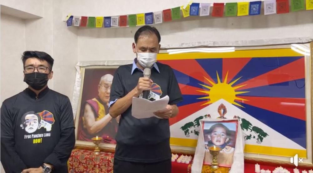 西藏台湾人权连线17日举办班禅喇嘛失踪26年纪念视讯记者会。藏人行政中央驻台代表格桑坚参致词,左为藏台连线理事长札西慈仁。(西藏台湾人权连线官网)