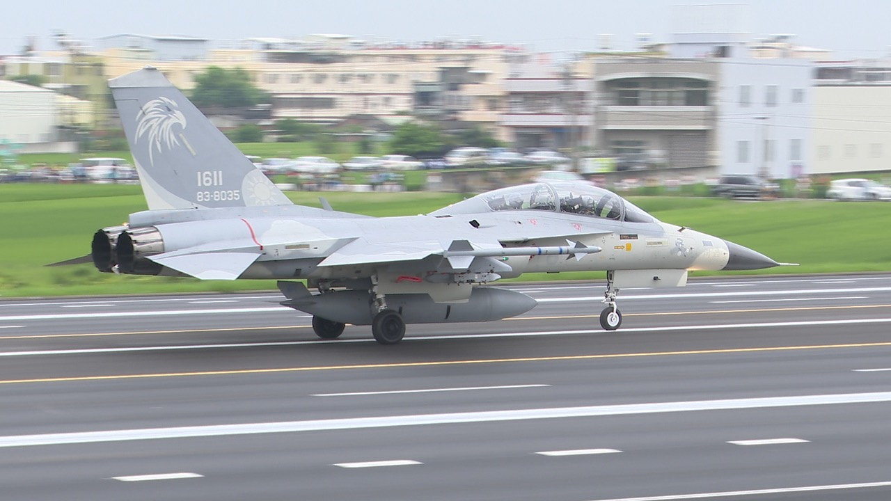 汉光演习战备跑道起降,lDF经国号主力战机成功起降。(记者李宗翰摄)