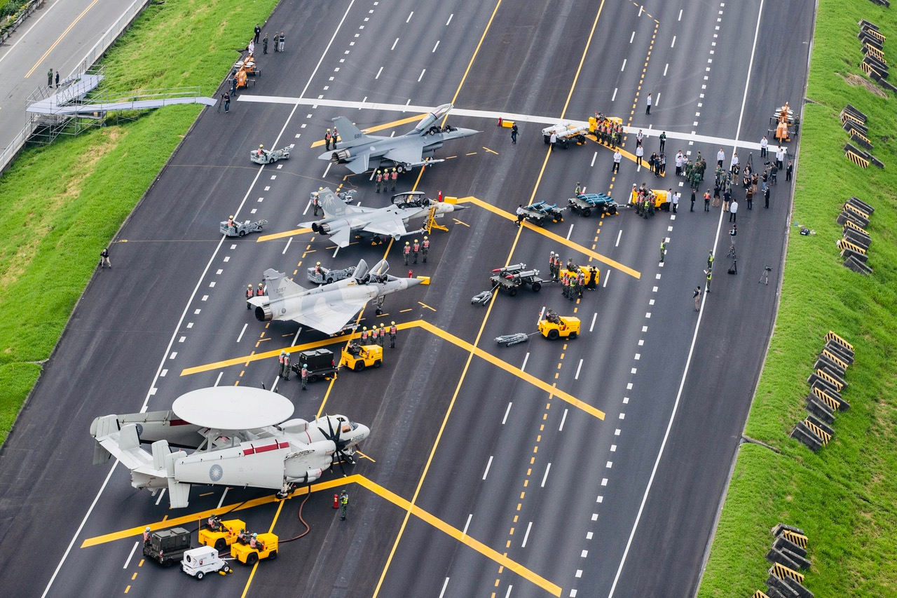 """台湾汉光演习28号封闭国道进行""""战备跑道起降""""演练。(国防部提供)"""