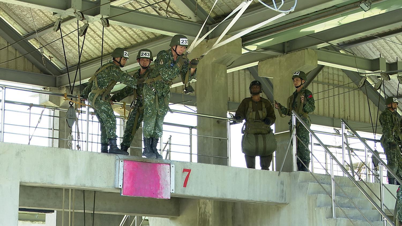 蔡英文1日视察屏东陆军空降训练中心。(记者李宗翰摄)