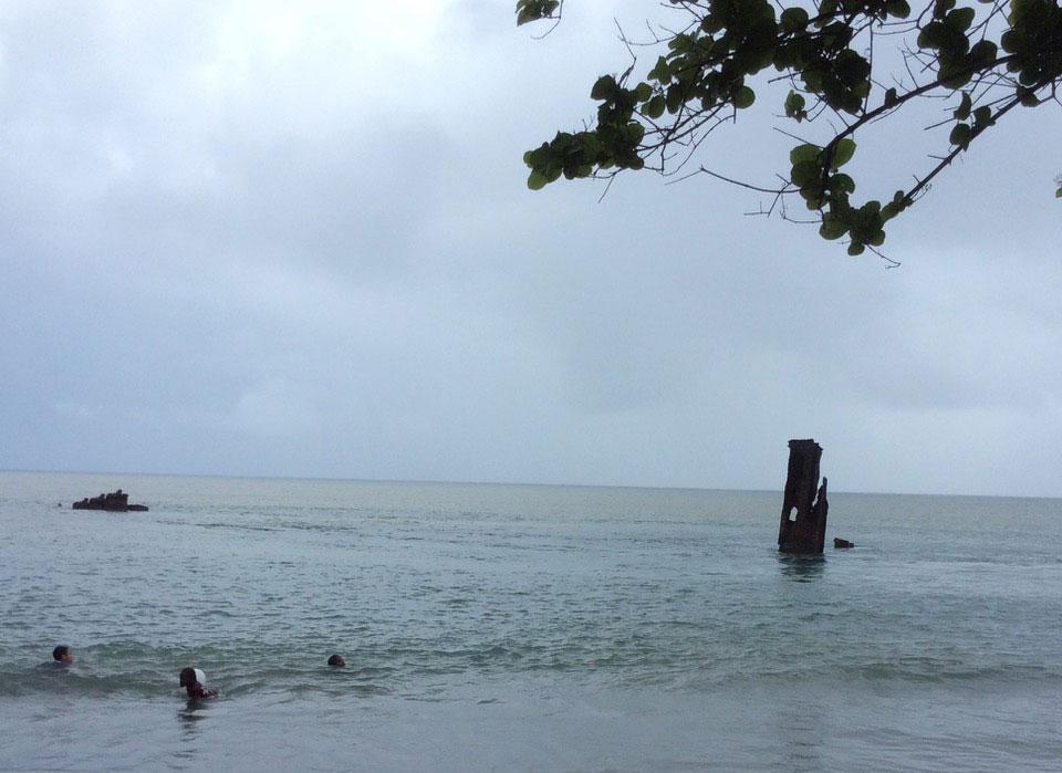 沉没在海边的登陆舰。(于德胜提供)