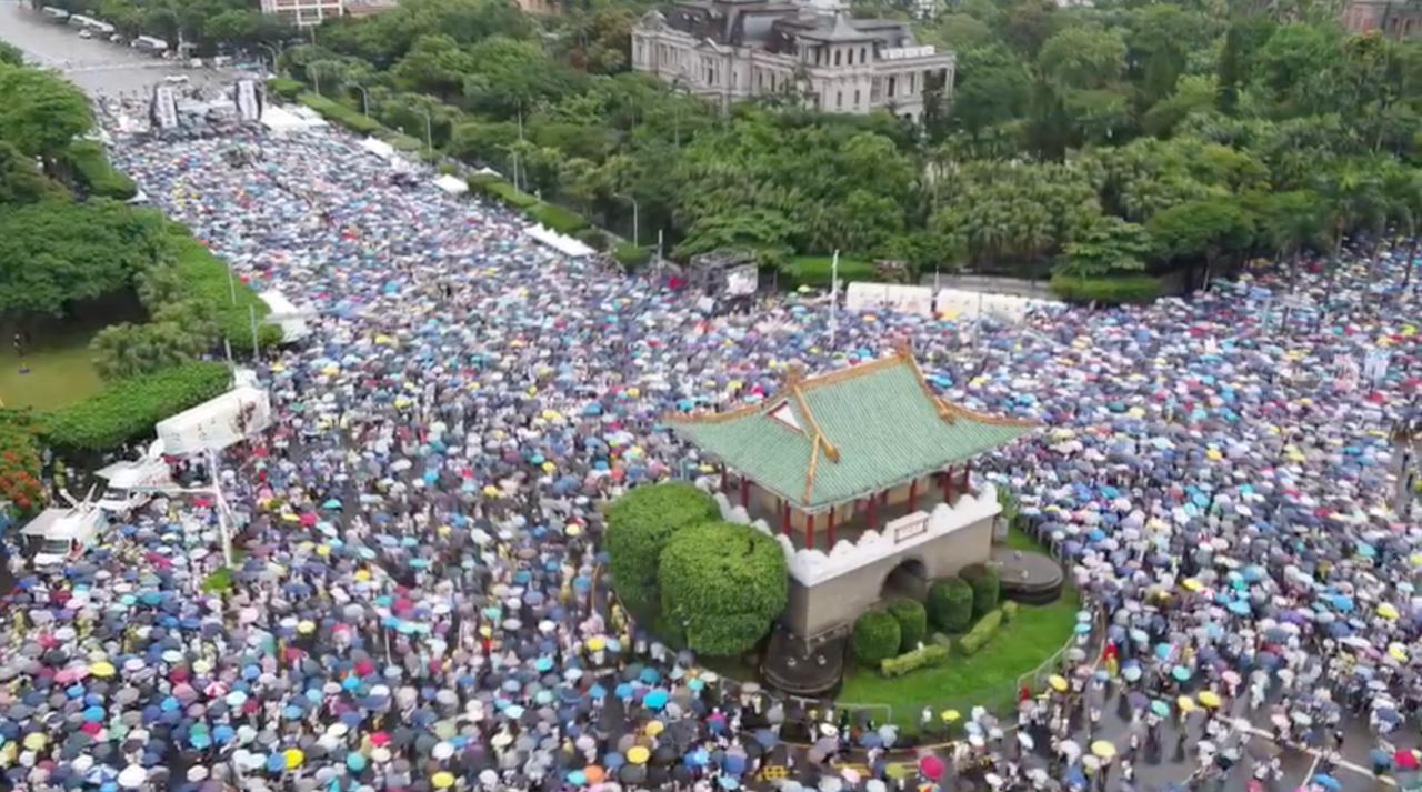 """623台湾""""反红色媒体""""总统府前集会。(主办单位提供空拍画面)"""