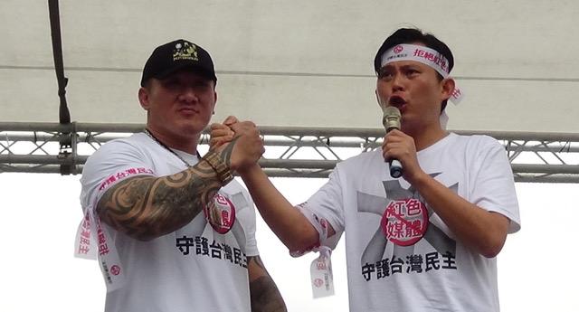 623台湾反红色媒体集会发起人、网红馆长(左)、立委黄国昌(右)。(记夏小华摄)