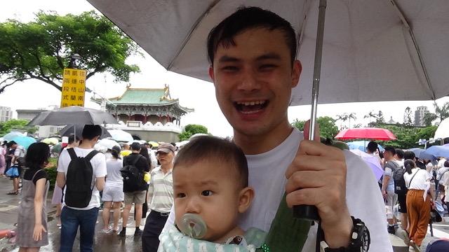 黄先生带妻小上街反红色媒体。(记者夏小华摄)