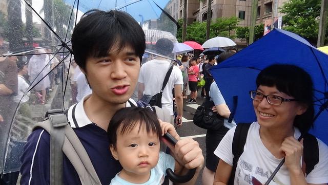 萧先生一家三口上街反红色媒体。(记者夏小华摄)