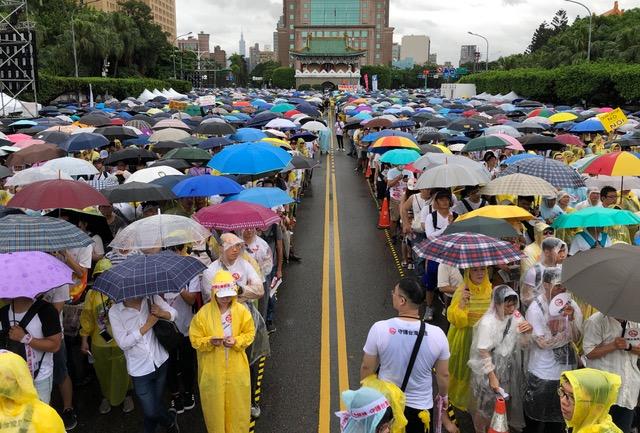 """台湾""""反红色媒体""""总统府前集会。(记者夏小华摄)"""