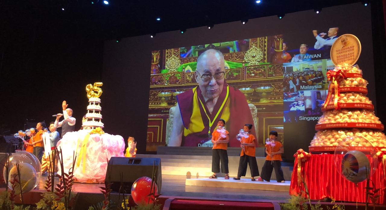 台湾佛教徒准备蛋糕,达赖喇嘛笑说,看的流口水但吃不到。(记者夏小华摄)