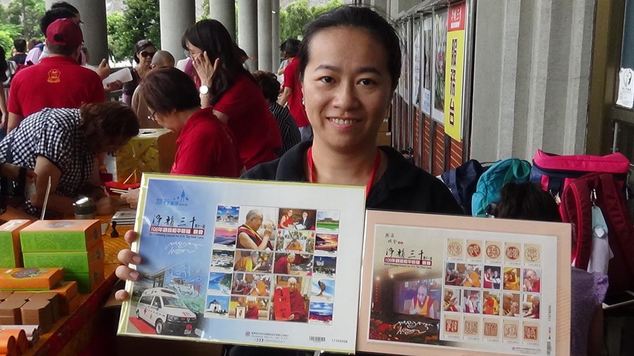 佛教徒推出达赖喇嘛生日邮票。(记者夏小华摄)