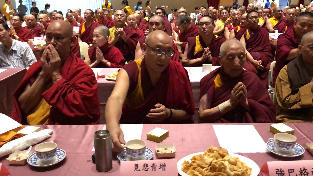 """""""庆祝达赖喇嘛尊者84华诞"""",与会者以酥油茶、吉祥饭、炸麻花向达赖喇嘛祝寿。(记者夏小华摄)"""
