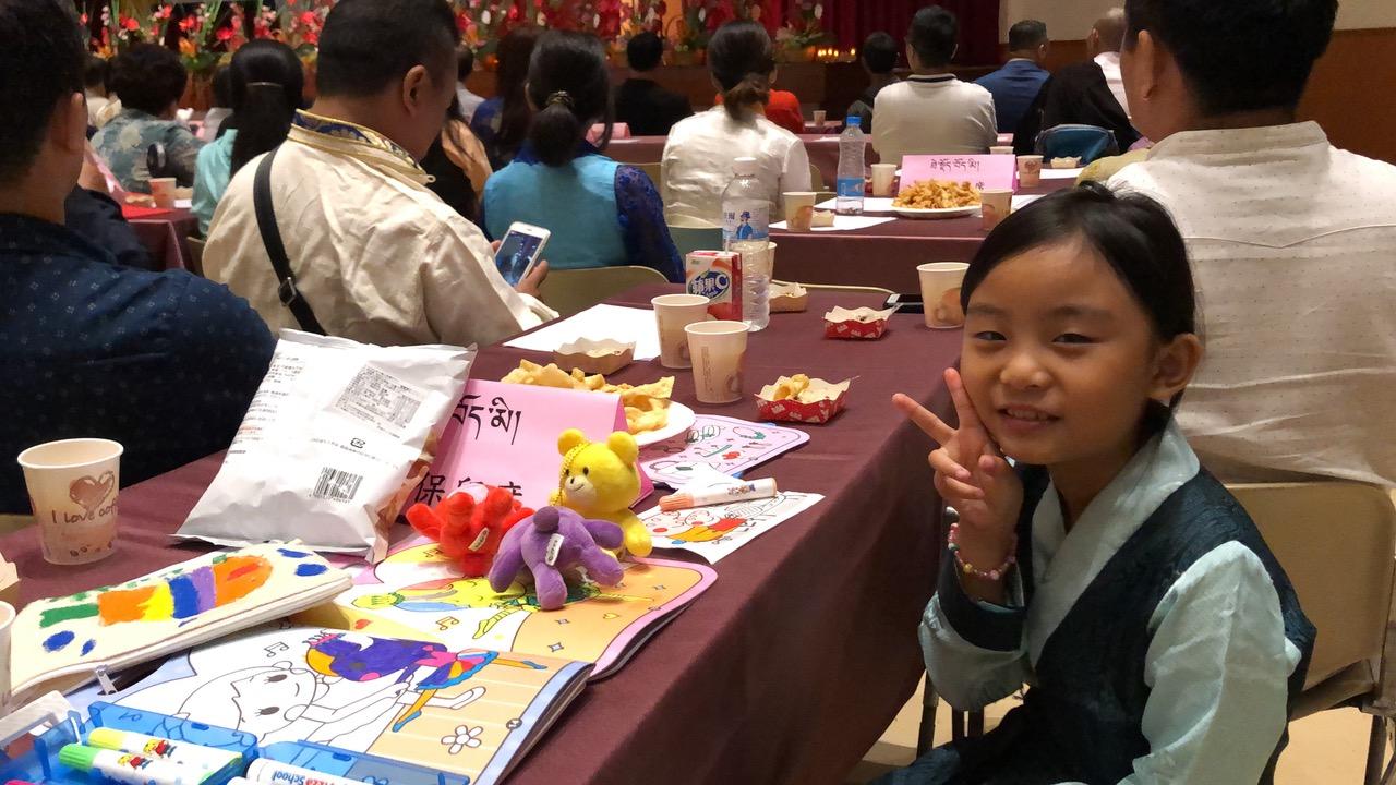 """7岁的藏台家庭女孩Yangchang Lhamo扬千拉姆,想跟达赖喇嘛说:""""我爱你!""""(记者夏小华摄)"""