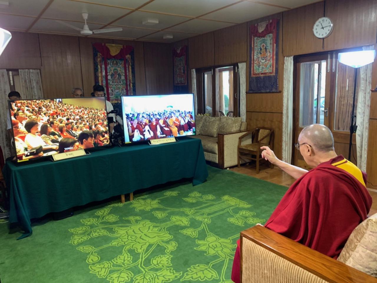 达赖喇嘛在印度达兰萨拉透过视讯看各地信徒为他祝寿。(达赖喇嘛法王办公室提供)