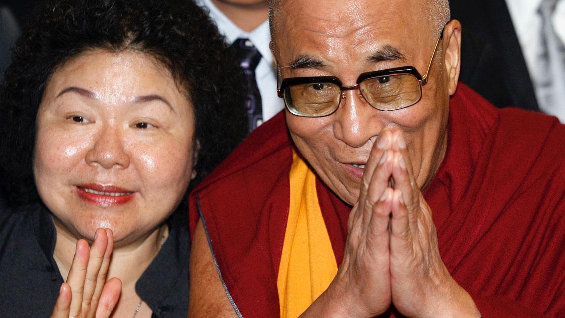 前民进党籍高雄市长、现任监察院长的陈菊2009邀请达赖喇嘛访台为灾情祈福。(路透社)