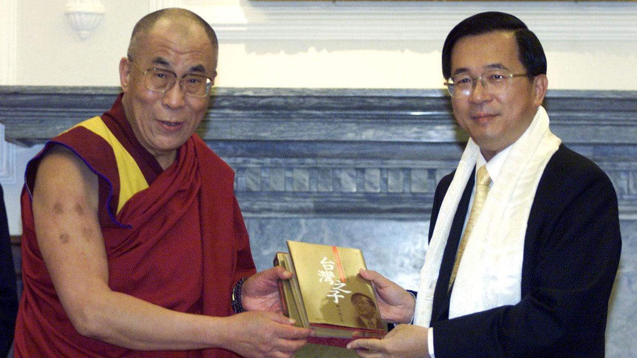 2001年陈水扁前总统与二度造访的达赖喇嘛公开见面。(路透社)
