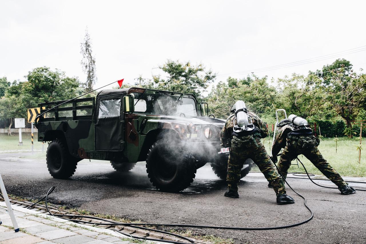 化学兵执行除污作业。(国防部提供)