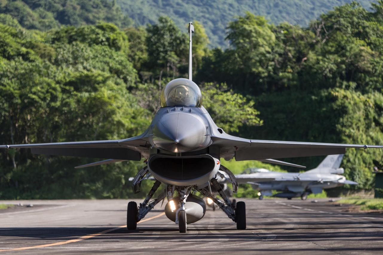 空军F-16战机进行战备转场任务。(国防部提供)