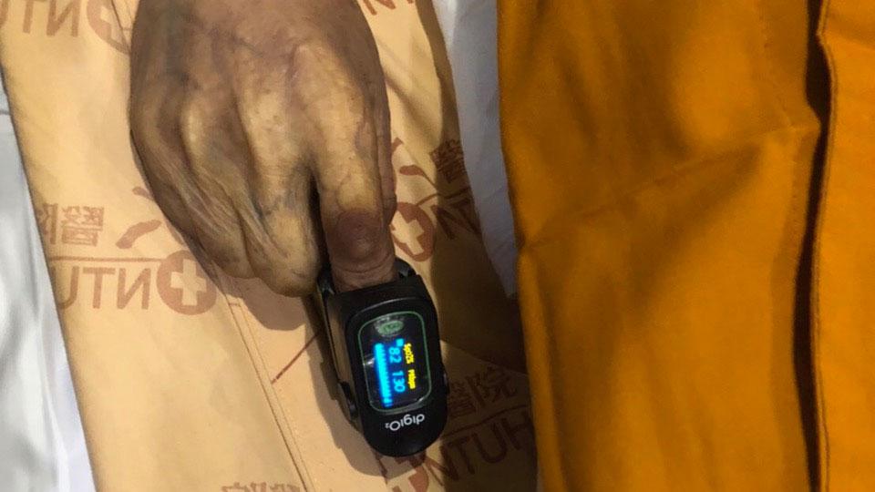 科学家在强巴加措老格西去世后第11天测得他血氧值82,脉博130。(李贞慧提供)